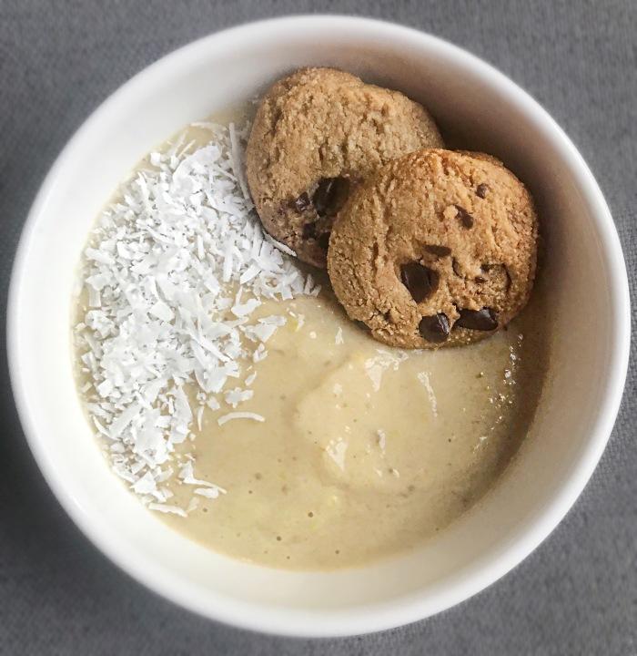almondsandasana_banansmoothiebowlwithcookies